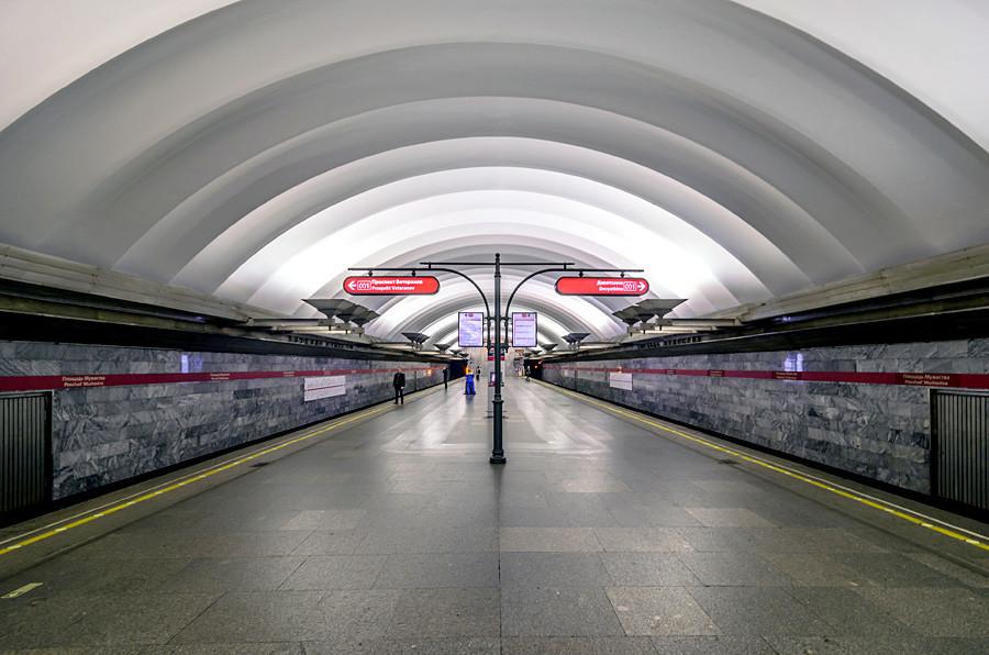 Estação de Ploschad Muzhestva após anos de reforma