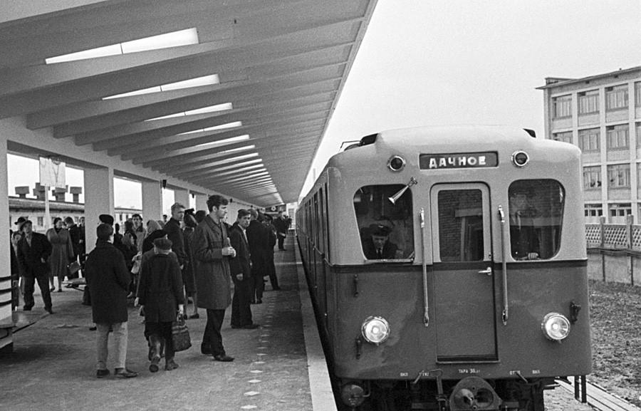 Passageiros aguardando trem na estação externa Dachnoye em 1966