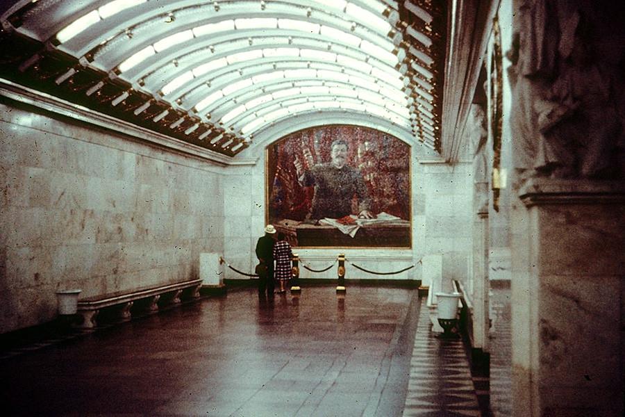Panel incrustado con la imagen de Stalin en la estación Nárvskaia del metro de San Petersburgo.