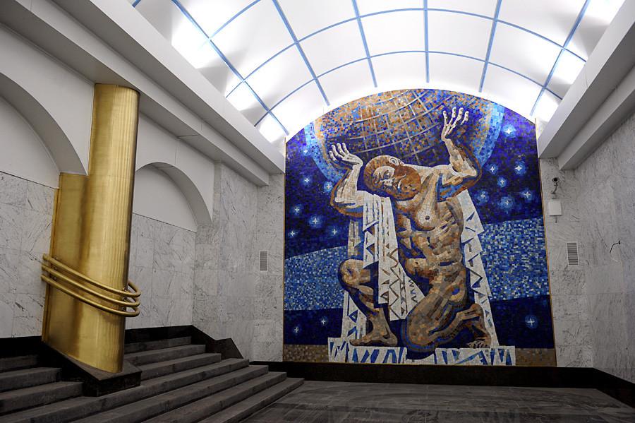 Panel incrustado en la estación Mezhdunaródnaia del metro de San Petersburgo.
