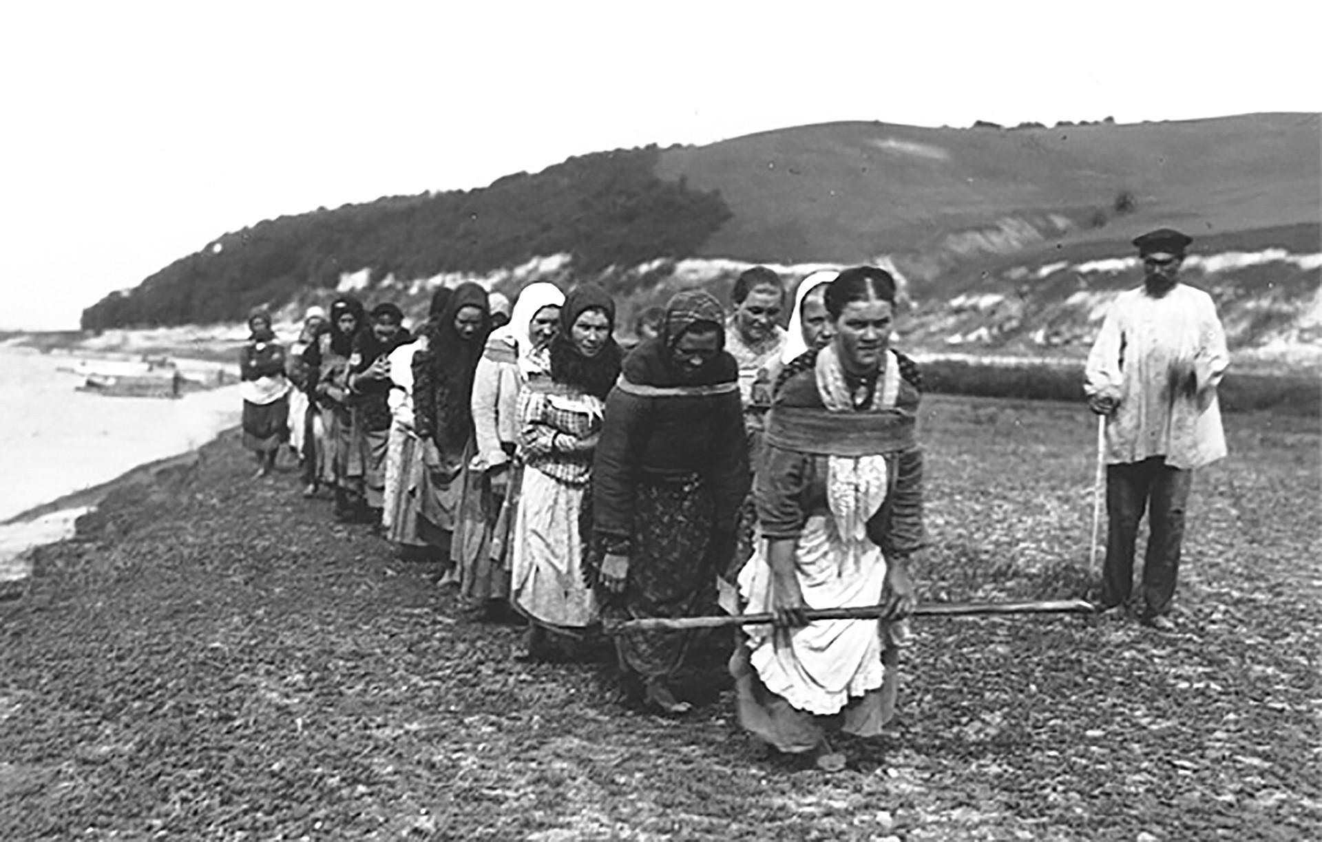 女性の船引き