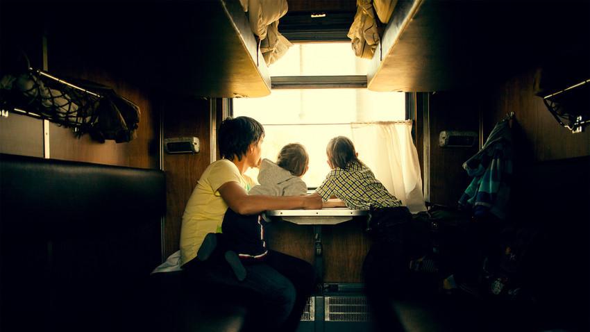 Romansa platzkart di gerbong kereta Rusia.
