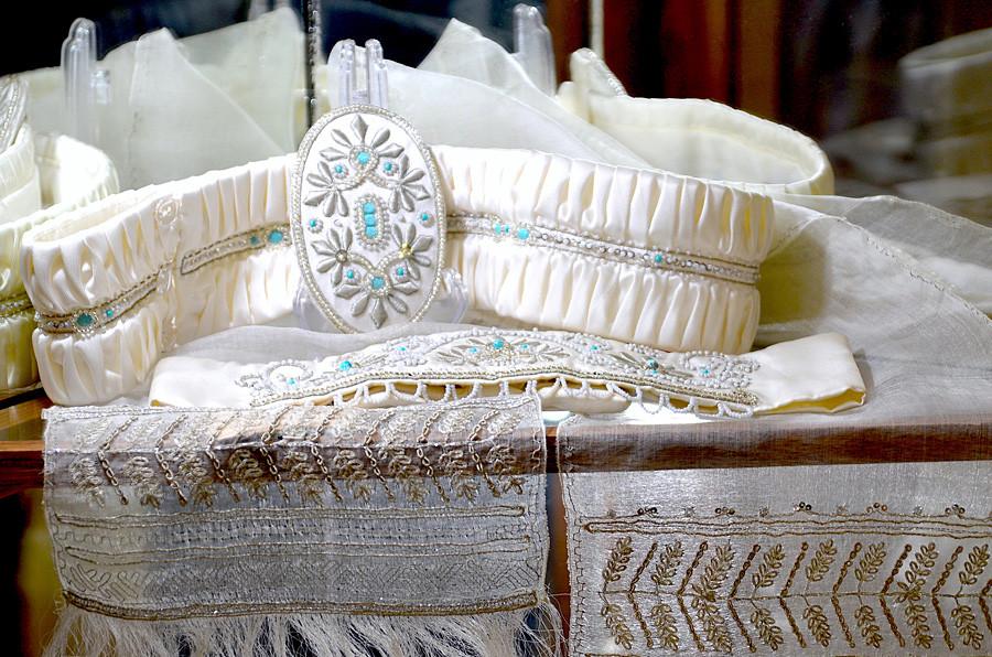Auch luxuriöse Hochzeitskleider trugen oft Gold- oder Silberstickereien
