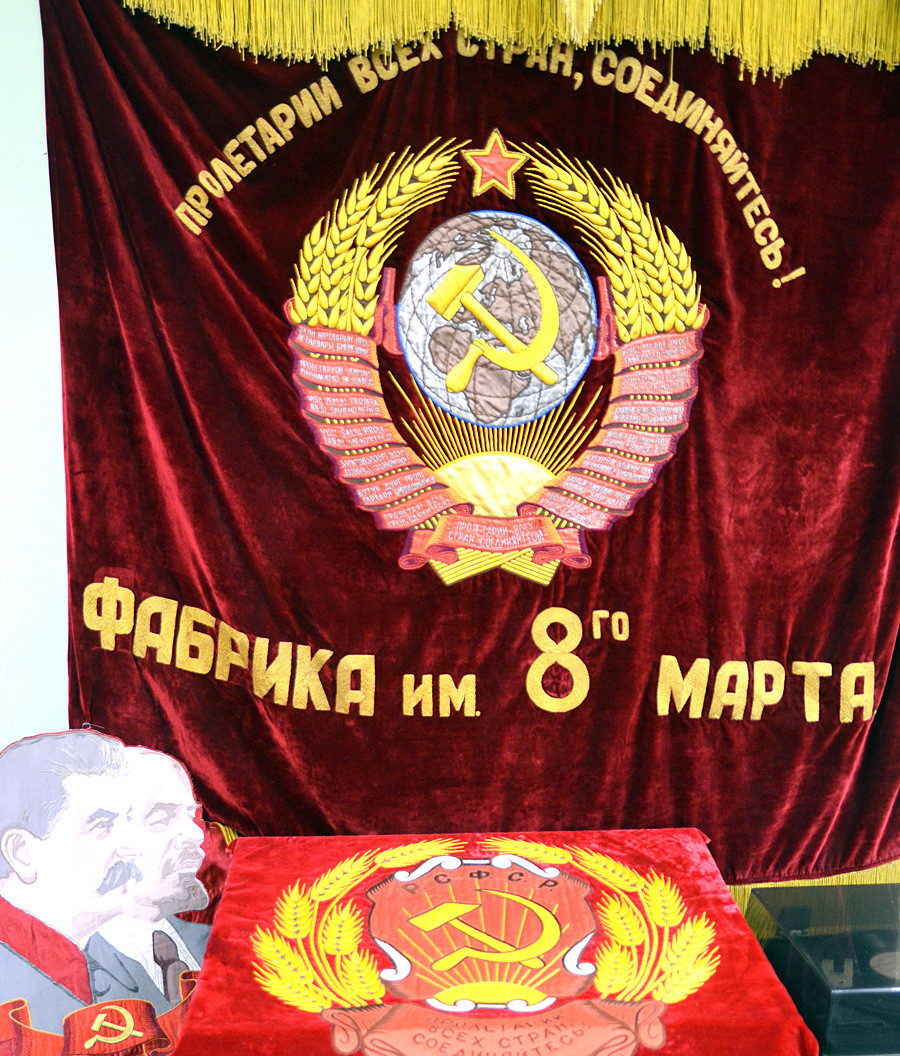 Erst in der Sowjetunion wurde die Goldstickerei richtig verstaatlicht: Das Bild zeigt den Banner der Goldstickerei-Schule