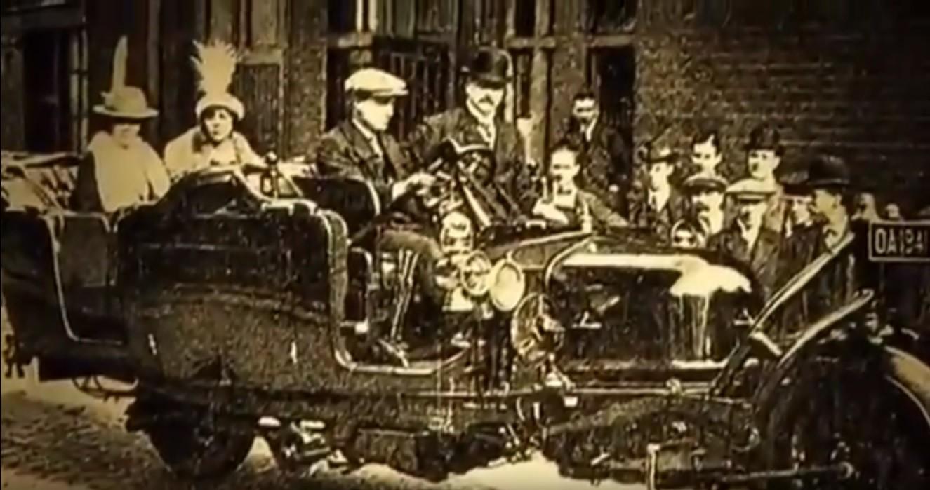 El gyrocar circulando en las calles inglesas.