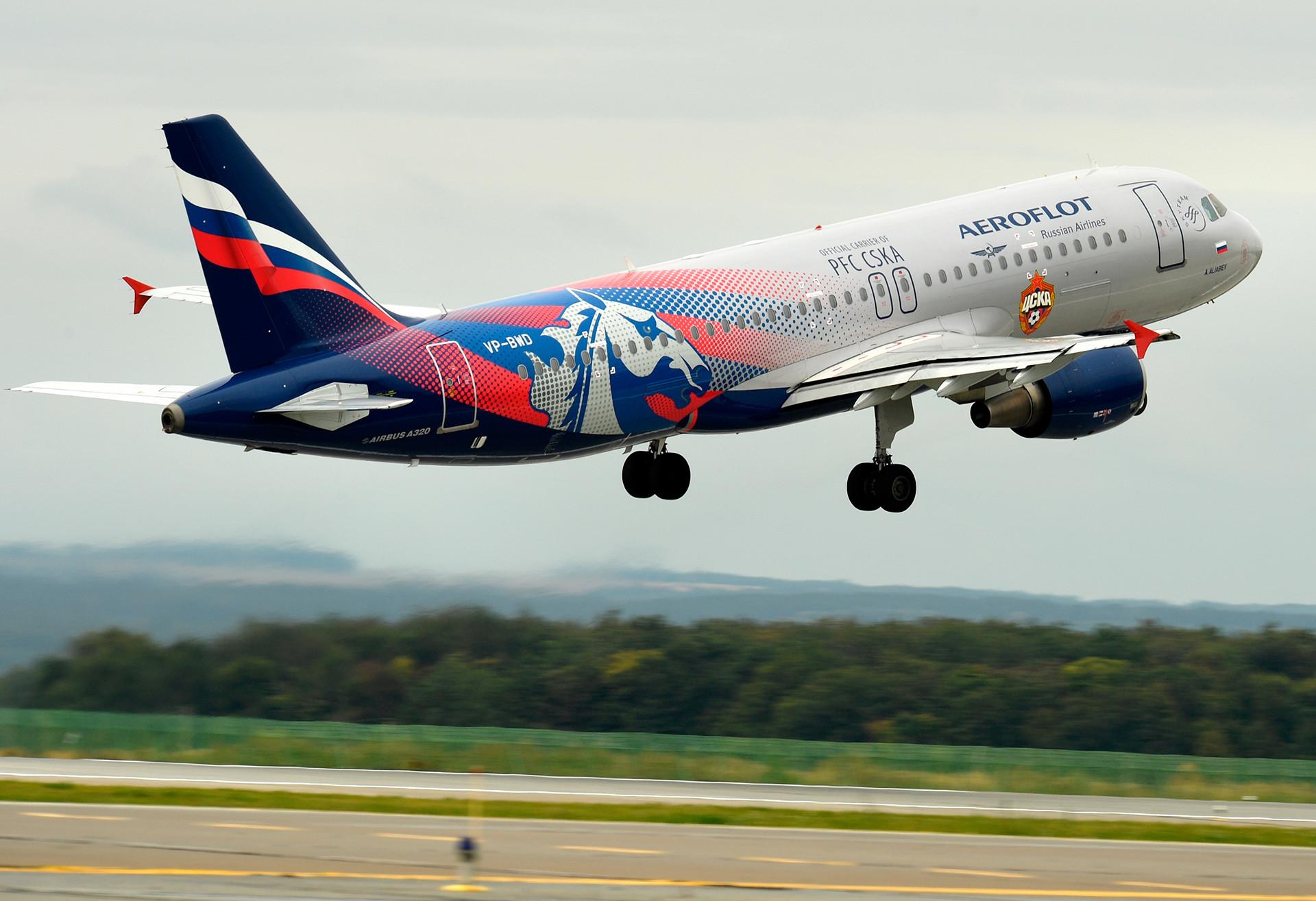 カザン国際空港を出発するアエロフロートのエアバス-A320。