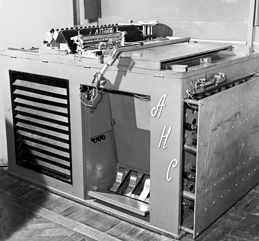 ANS, o primeiro sintetizador musical eletrônico soviético.