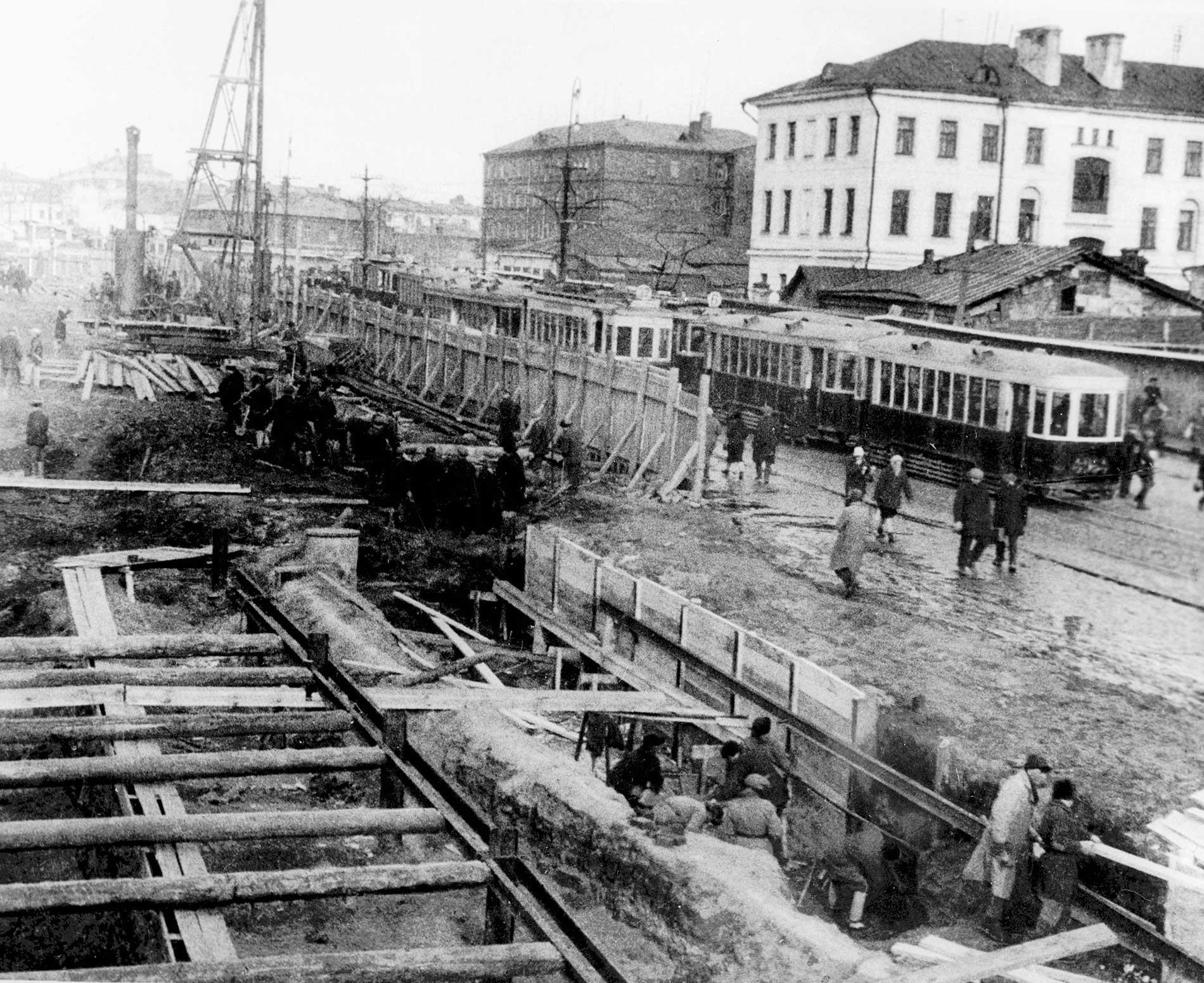 Construção do metrô de Moscou, em 1933.