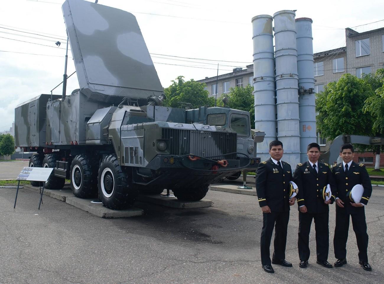 Militares peruanos durante la ceremonia de graduación en Yaroslavl.