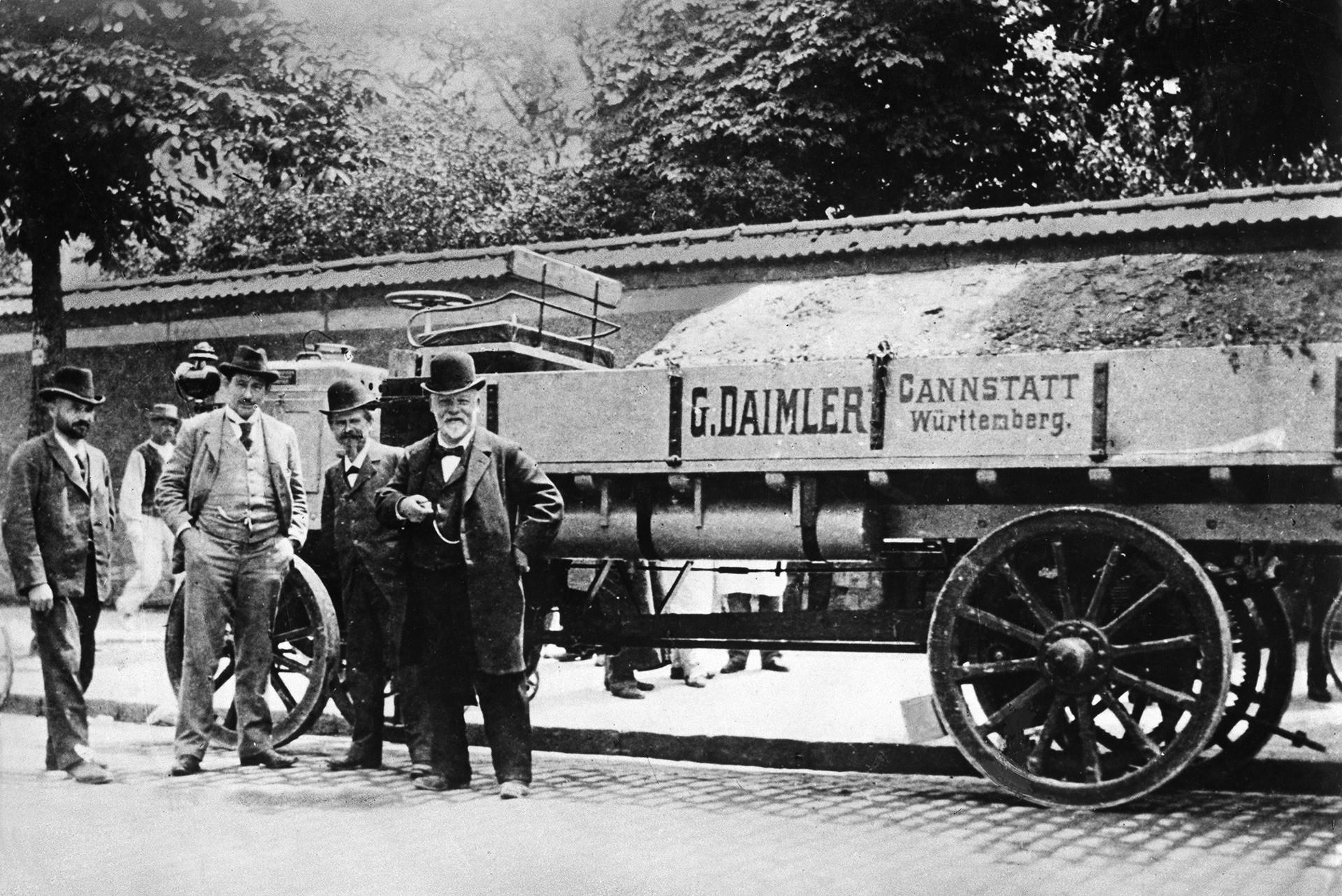 Готлиб Даймлер до своя моторен камион по време на демонстрация в Париж, 1886 година.