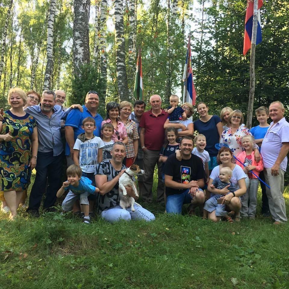 Цела породица Никитин са заставама Русиjе, Србиjе и Калуге.