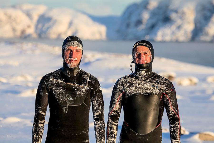 É preciso ter um bom traje de surfe devido às temperaturas.