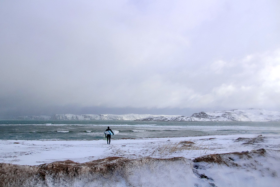Só em São Petersburgo russos param de surfar no inverno, segundo Serguêi.