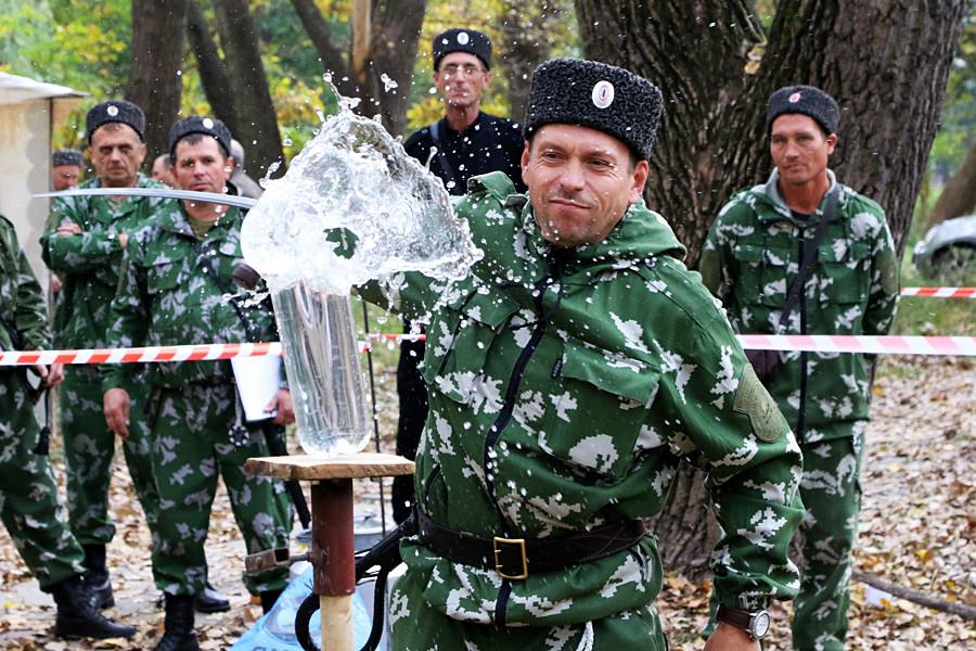 Казаци от Кримската окръжна казашка общност по време на състезание по шашка в Крим.