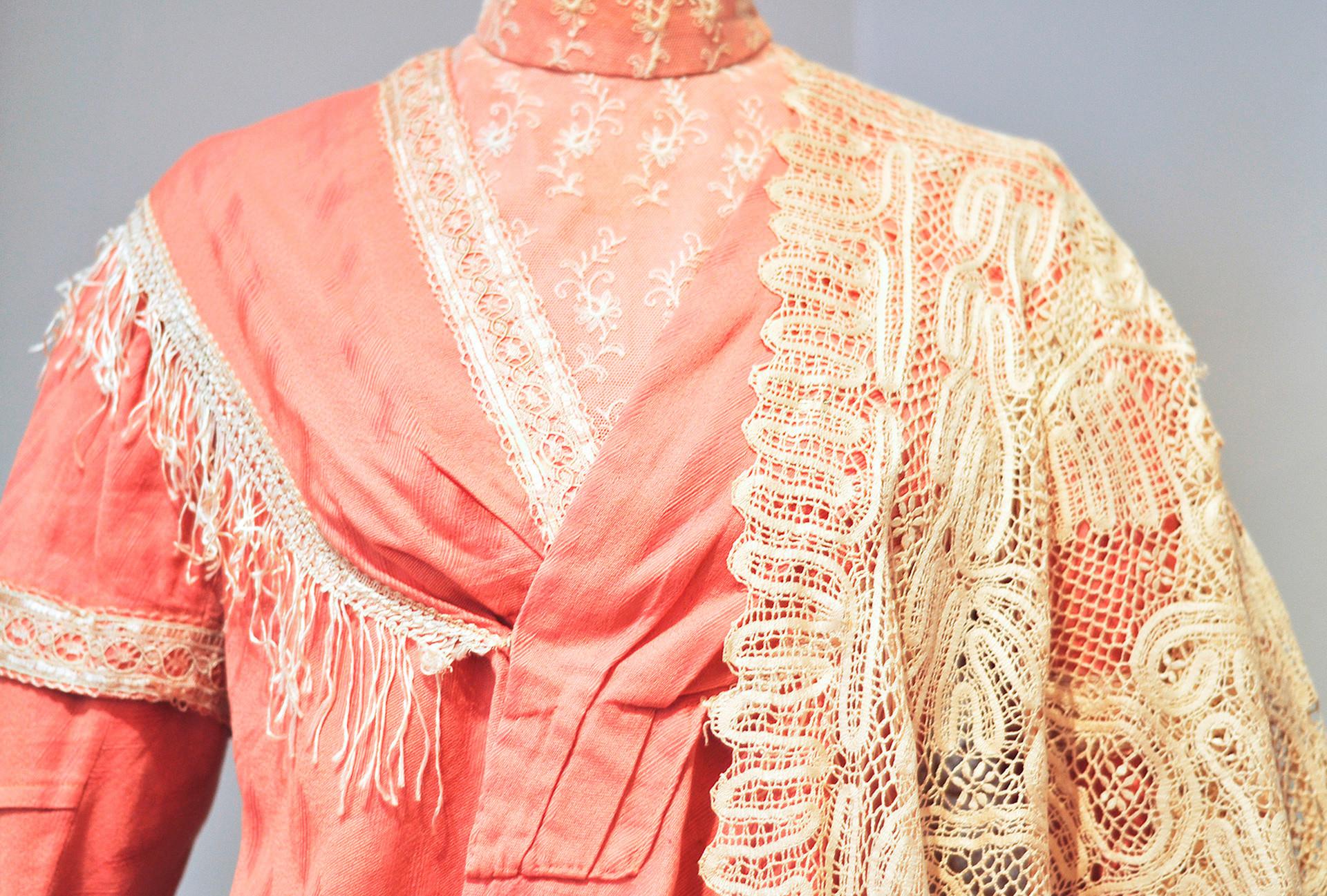ヴィンタージュなドレスにレース・ショール、レース編み博物館。