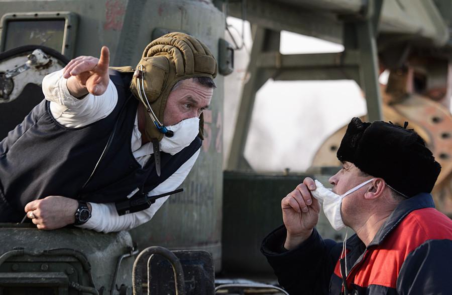Челябинска област, Русия. 26 ноември 2015 г. Работници изолират езерото Карачай.