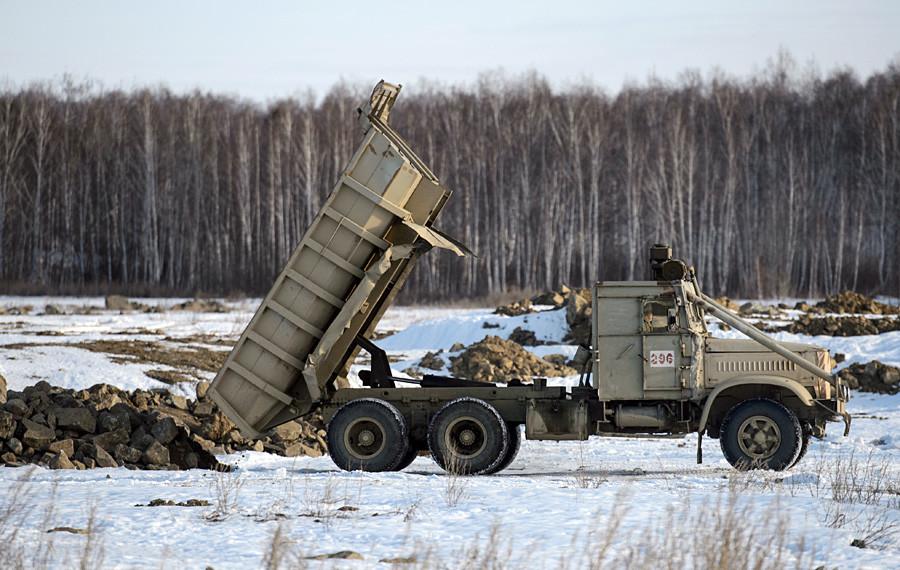 Челябинска област, Русия. 26 ноември 2015 г. Работа по изолирането на езерото Карачай.