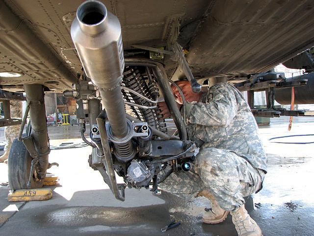 "Автоматскиот топ М230 калибар 30 мм на американскиот хеликоптер AH-64D ""Apache Longbow""."
