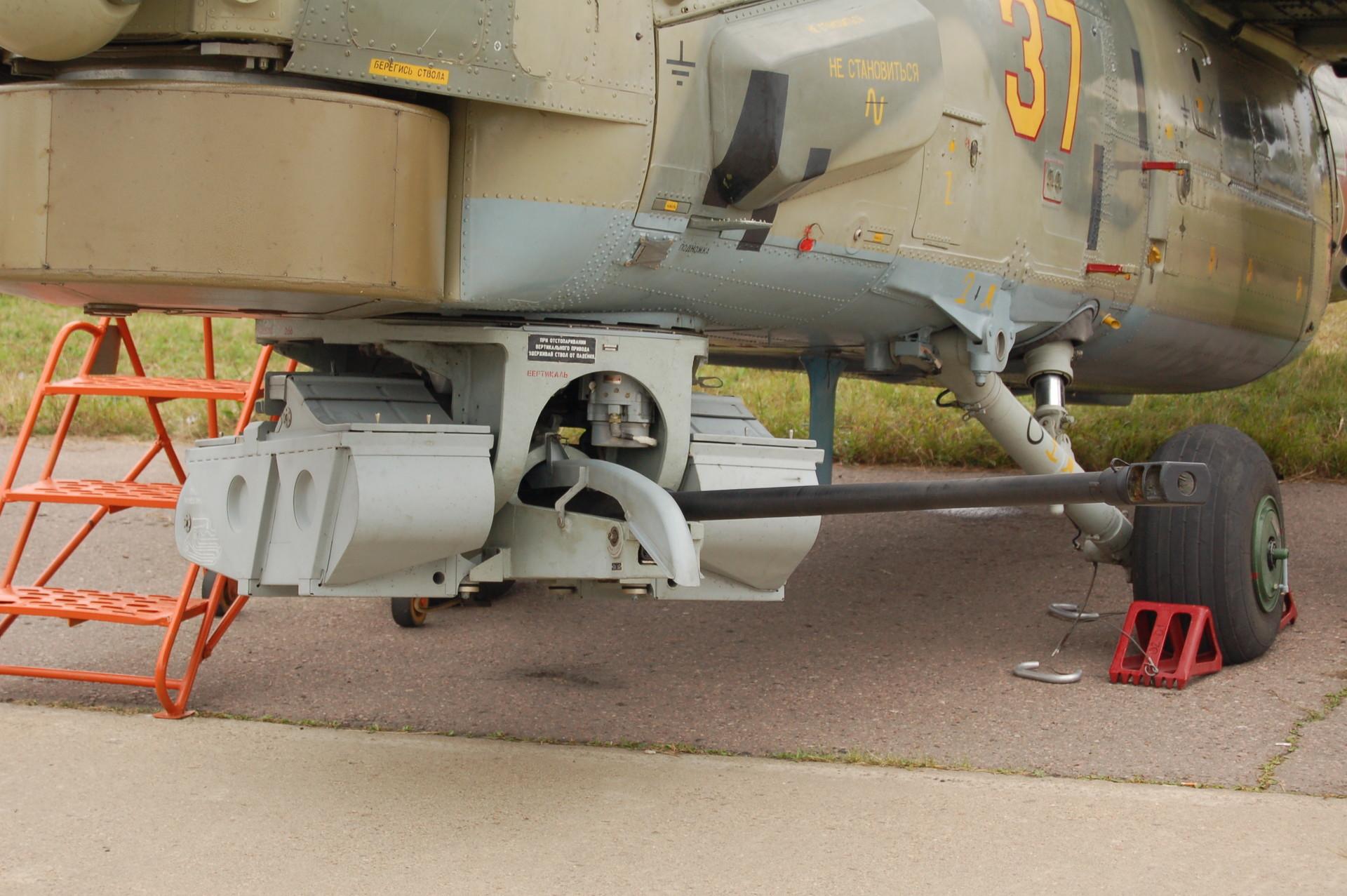 """Автоматскиот топ 2А42 калибар 30 мм на рускиот хеликоптер Ми-28Н """"Ноќен ловец""""."""
