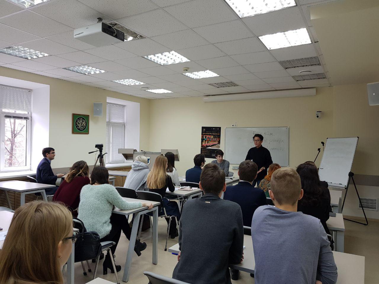 Mahasiswa Universitas Federal Kazan (KFU) mengikuti kursus kilat Bahasa Indonesia.