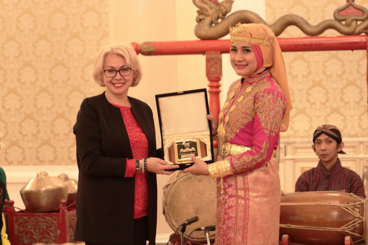 Wakil Pertama Menteri Kebudayaan Republik Tatarstan Elvira Rafailevna Kamalova (kiri) dan Darwati Abdul Gani, istri gubernur Aceh.