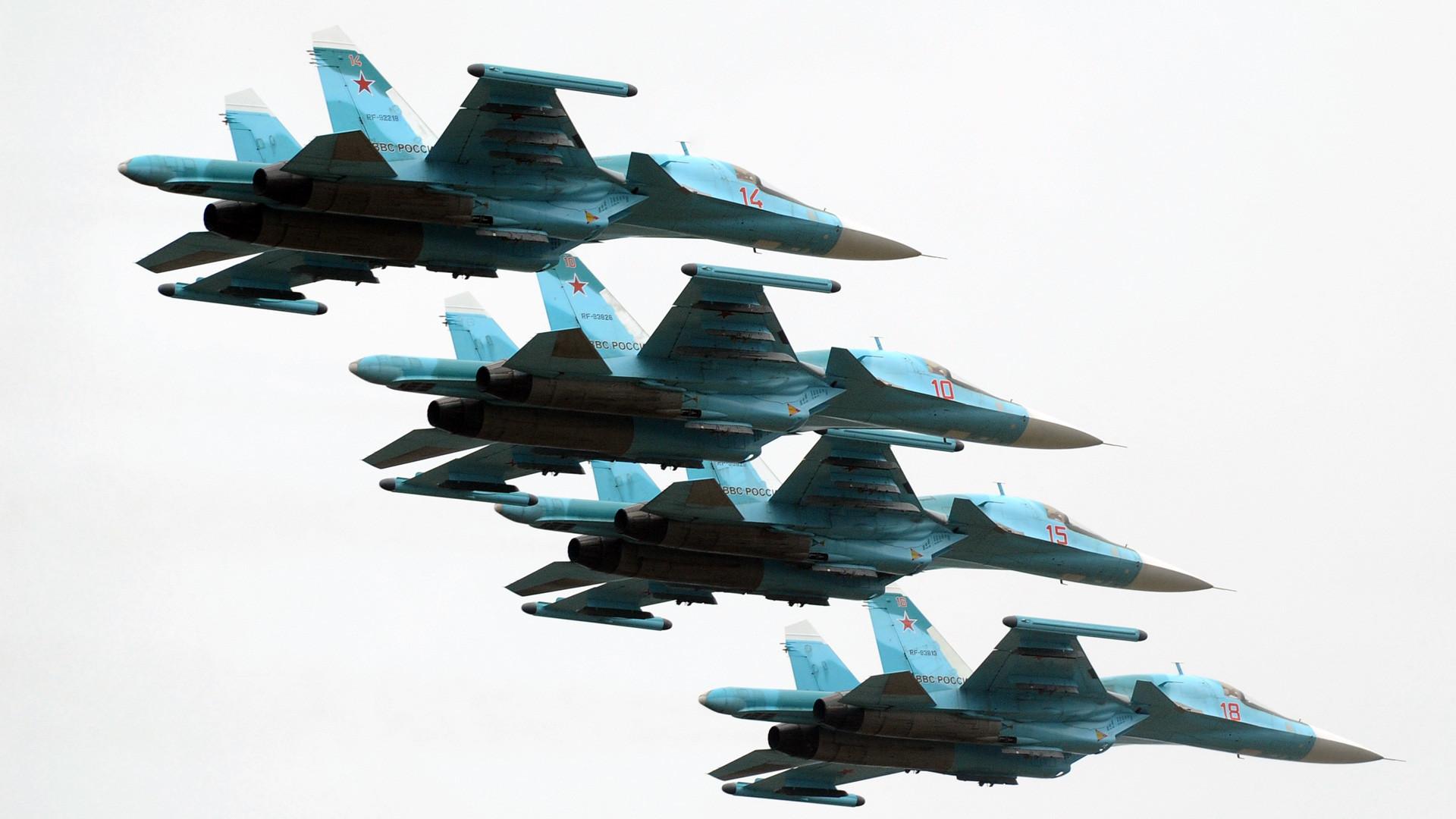 Bomber Su-34 saat perayaan 75 tahun dibentuknya Pasukan Pertahanan Udara Rusia Keempat.