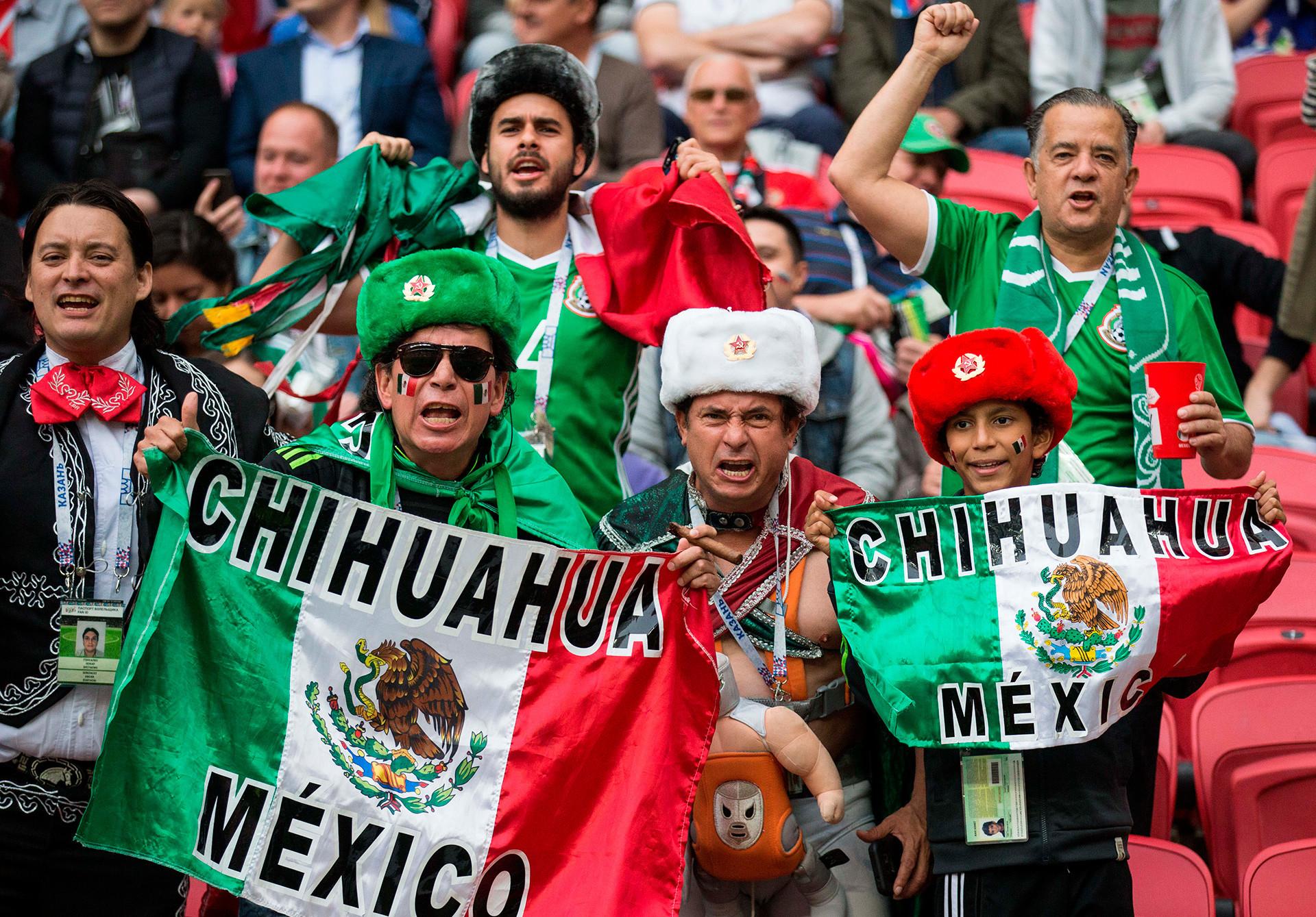Penggemar bersorak saat pertandingan Grup A antara Rusia dan Meksiko di Piala Konfederasi 2017 di Kazan.