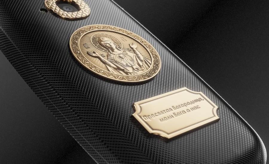 Моделът с Богородица представлява смартфон от черен титаний с гравиран надпис върху позлатената икона: