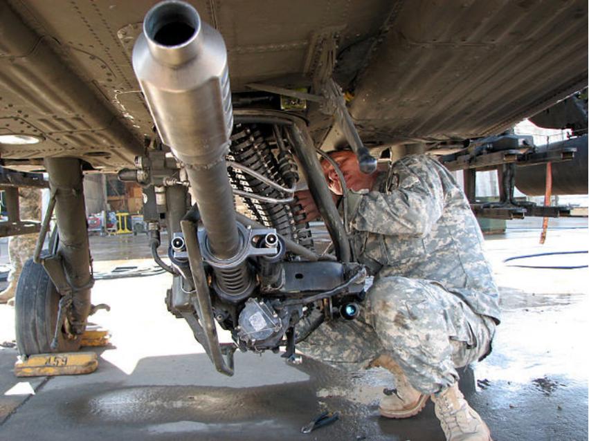 """Avtomatski top М230 kalibra 30 mm na ameriškem helikopterju AH-64D """"Apache Longbow""""."""