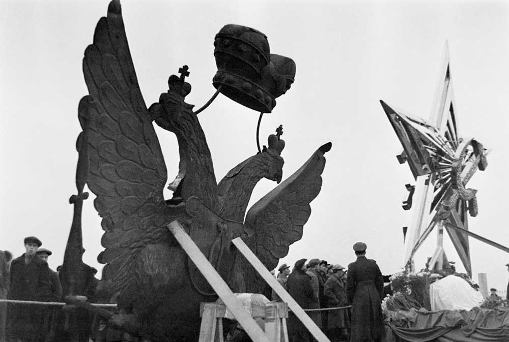 A two-headed eagle removed from a tower of the Moscow Kremlin and one of the four stars that will be installed on the Kremlin towers in 1935