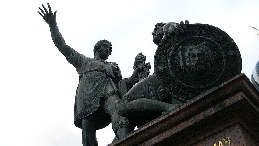 Denmal für Minin und Poscharskij auf dem Roten Platz in Moskau