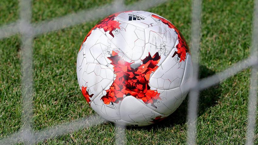 Ao contrário do modelo Krasava (foto), usado na último Copa das Confederações, os designers optaram por cores clássicas
