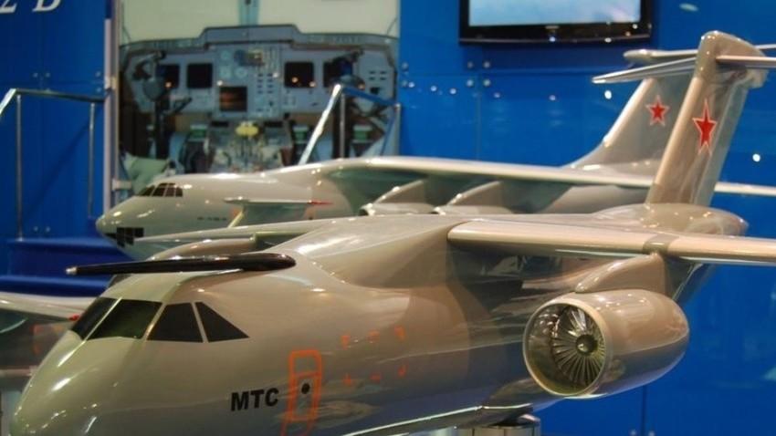 Maketa večnamenskega transportnega letala Il-214 na sejmu MAKS-2009.