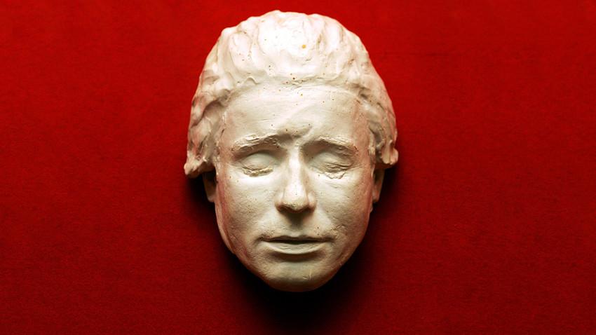 Máscara de morte de Serguêi Iessênin em sua casa-museu, em Konstantinovo