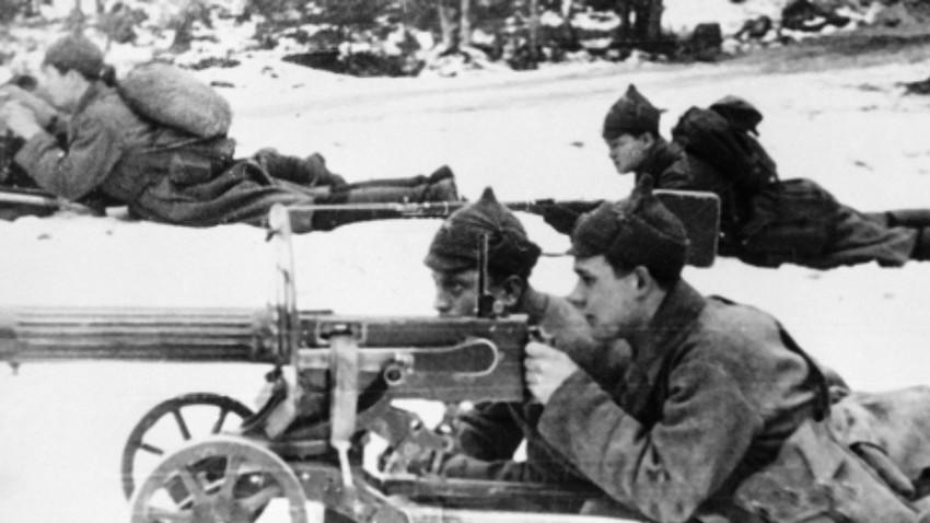 Vojak Rdeče armade z mitraljezom v snegu v Kareliji. Že na začetku vojne je temperatura padla na – 30 °C, a je sovjetsko vodstvo načrtovalo konec vojne že v nekaj tednih.
