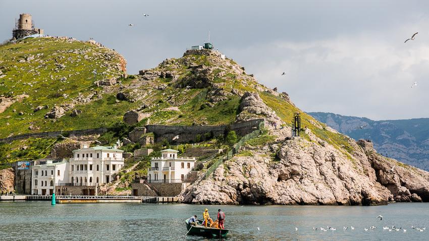 Globoke vode so si utrle pot skozi skalnato obalo dolžine 8 km. Sevastopolj je postal glavna ruska pomorska baza  ob Črnem morju.