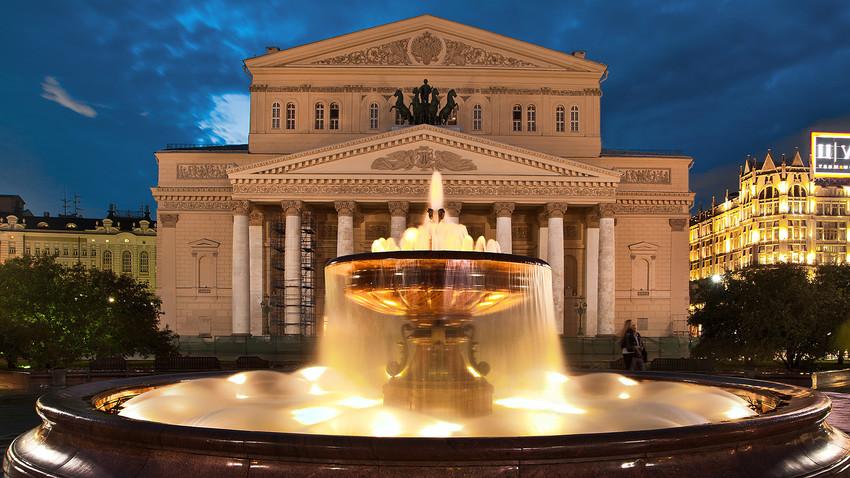 Teatro Bolshoi atrai milhares de turistas todos os anos.