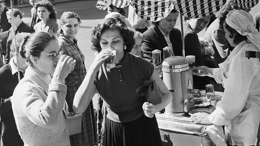 Na Moscou soviética, pessoas compravam água carbonatada em dia quente de verão.
