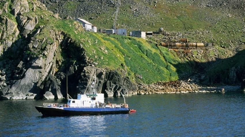 Ladja na Beringovem morju, otok Veliki Diomed, regija Čukotka, Rusija.