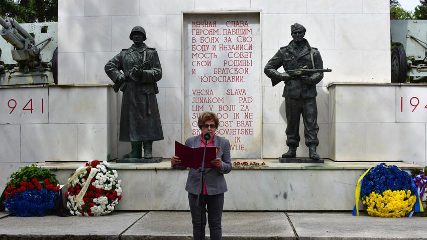 Fotografija z letošnje slovesnosti pri spomeniku ob dnevu zmage, 9. maj 2017.