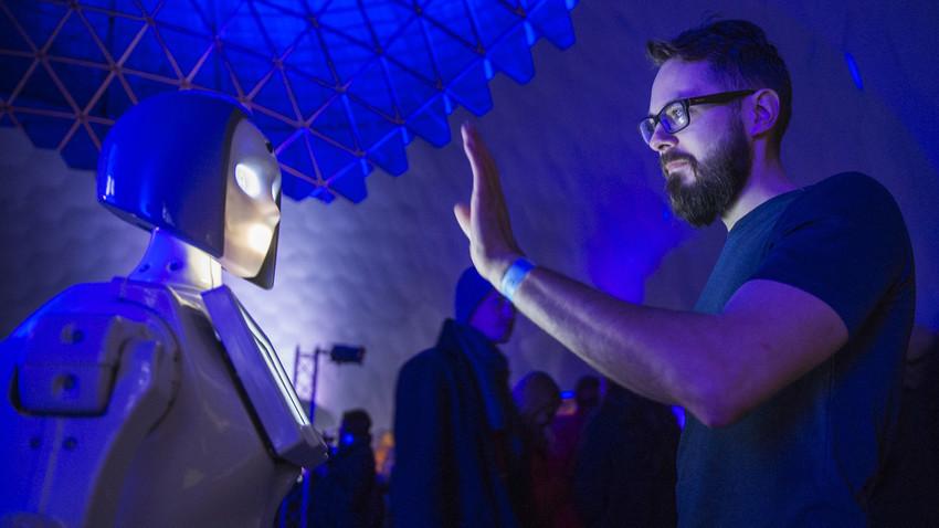 Seorang pengunjung pada upacara pembukaan planetarium terbesar di dunia di Sankt Peterburg.