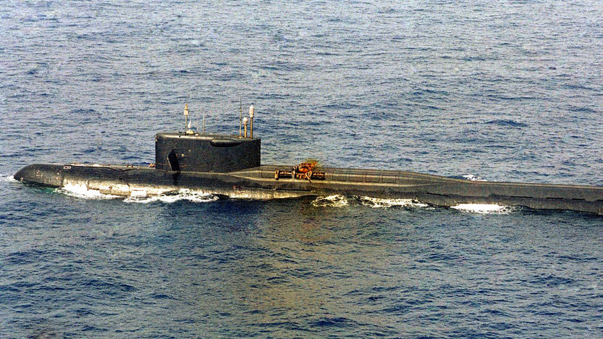 Советската подморница К-219, оштетена по внатрешната експлозија на течно ракетно гориво.
