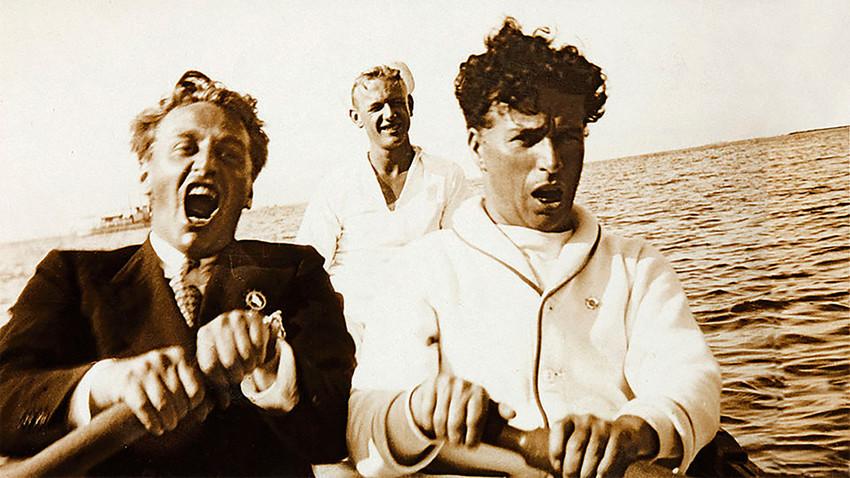 Чарли Чаплин и руските режисьори се возят на лодка в Тихия океан и пеят с пълно гърло.