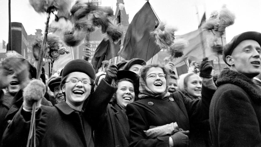 Proletários celebrando na Praça Vermelha em 1950