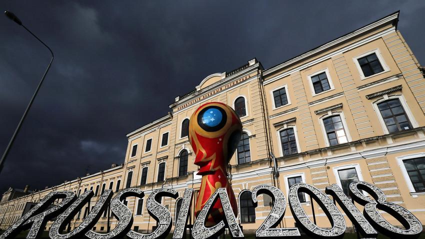 Emblema oficial da Copa do Mundo de 2018, em São Petersburgo