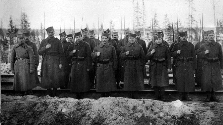 Српски војници стражаре на прузи у околини града Мурманска. Ови војници су били у саставу британских Снага подршке Северној Русији (квазидржавна творевина са центром у Архангелску, која је постојала 1918-1920. уз подршку белогардејаца и страних интервентних трупа).