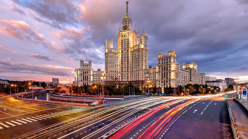 Arranha-céus deram origem a estilo arquitetônico conhecido como Classicismo Monumental, ou Arquitetura Stalinista