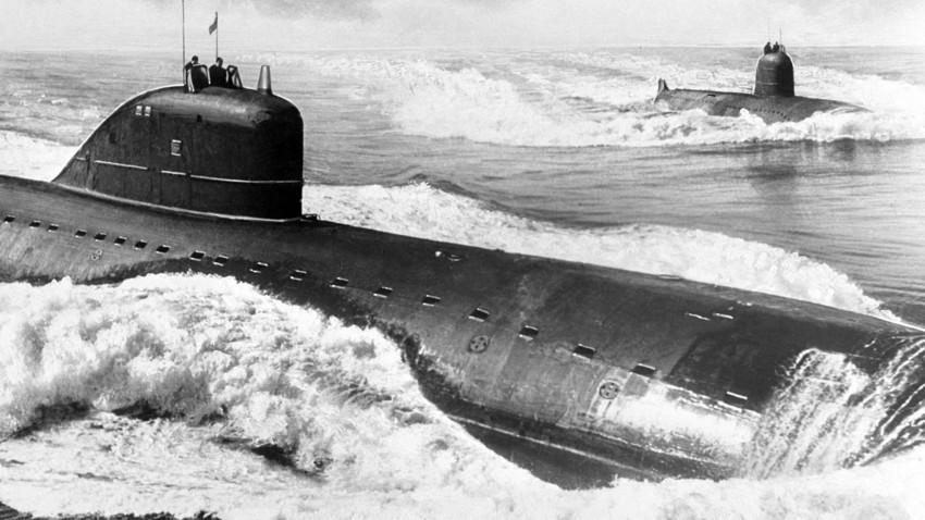 Submarinos nucleares soviéticos da classe Echo durante missão em 1973