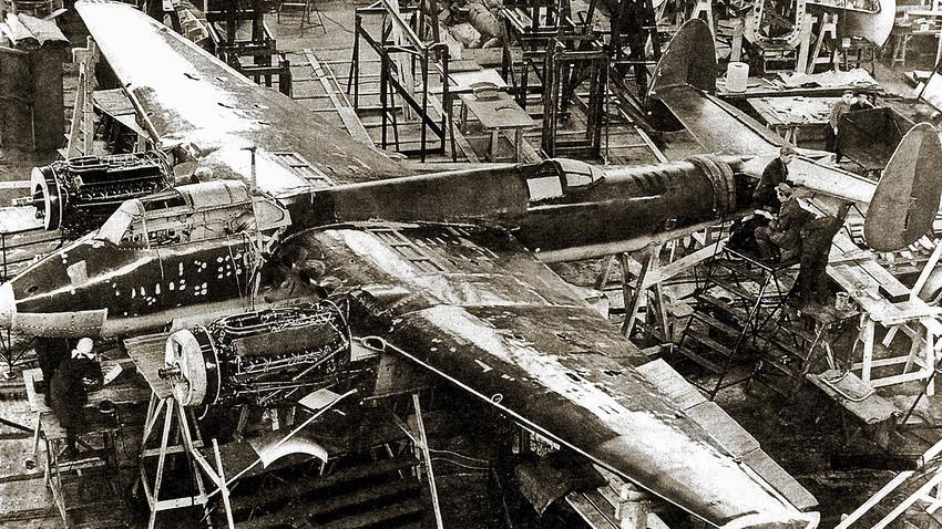 Perakitan prototipe bomber Tupolev Tu-2.