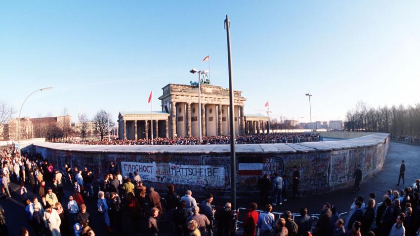 Bis zum 22. Dezember müssen die Bürger der DDR und der Bundesrepublik noch auf die entgültige Öffnung der Mauer vor dem Brandenburger Tor warten.